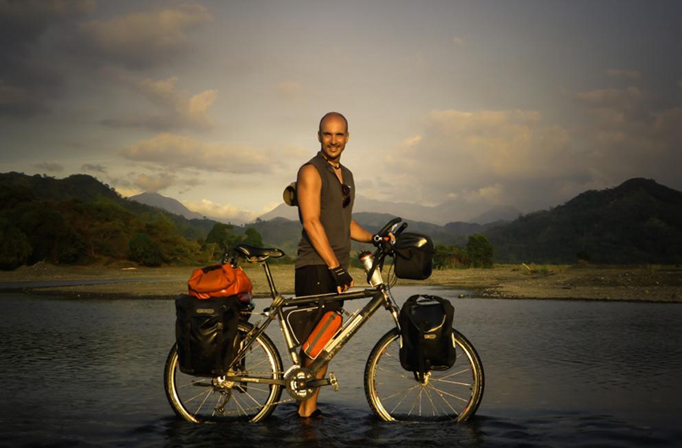 raymon escritor y aventurero en bicicleta