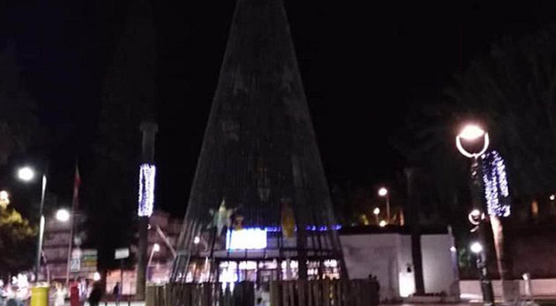 Árbol de Navidad en las Explanadas de Motril apagado