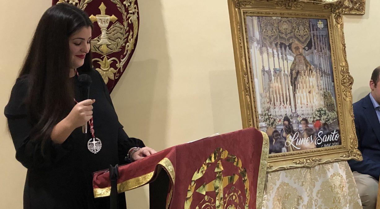 maria garcia presenta el cartel anunciador del lunes santo en motril