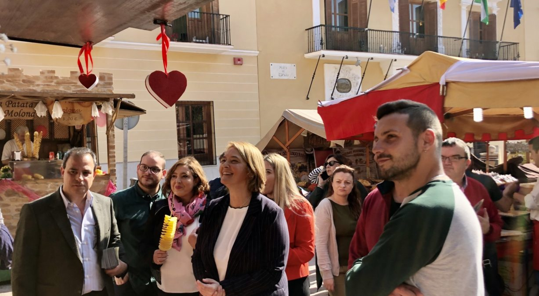 alcaldesa inaugura el mercadillo artesanal de san valentín