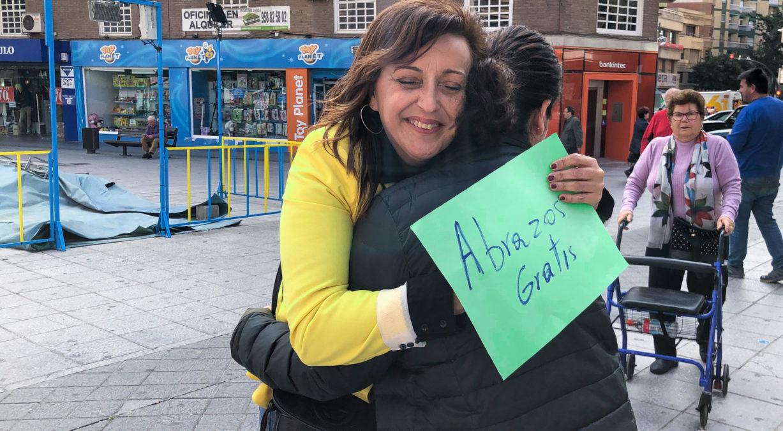 abrazos gratis en la plaza de la Aurora