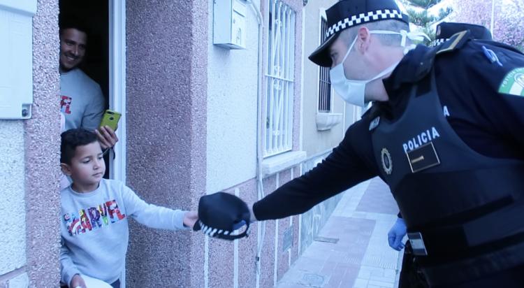policia local aplauso a los niños