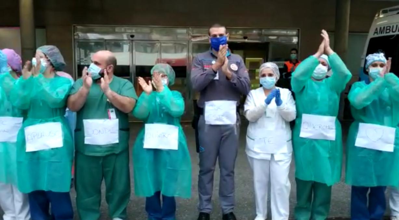 sanitarios aplauso a enfermera