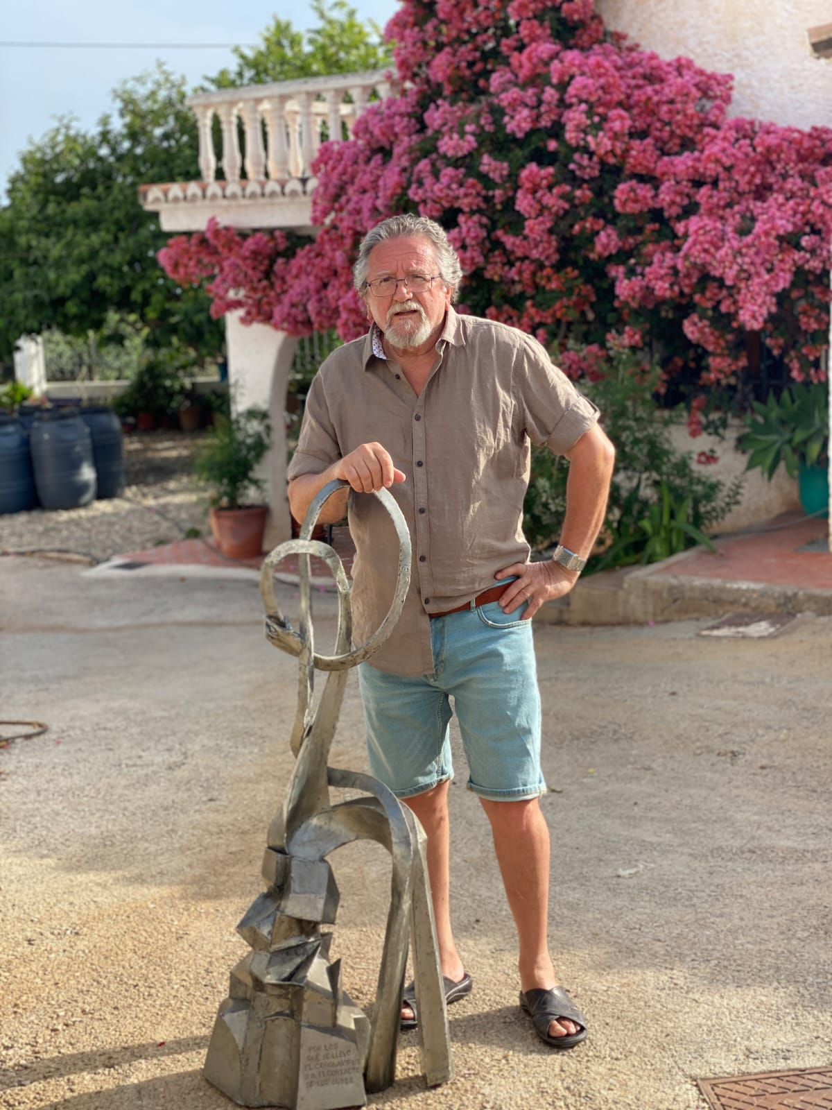 Juan Mercado junto a su escultura en homenaje a las víctimas del coronavirus