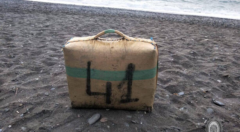 encuentran fardo de hachís en la playa de Motril