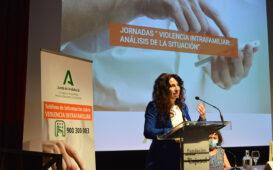 La consejera de Igualdad, Rocío Ruiz, durante su intervención en las jornadas sobre violencia intrafamiliar.