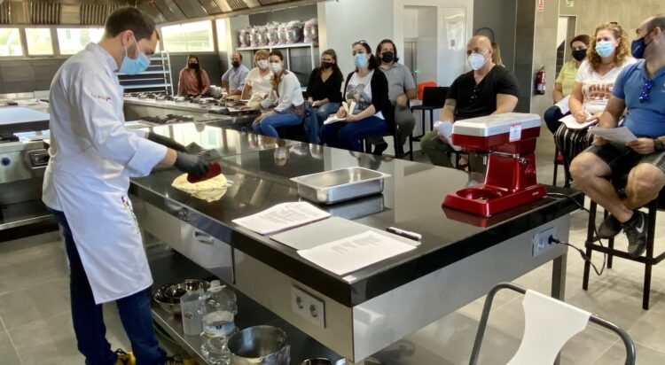 El chef pastelero Marc Balaguer, presente en la Escuela de Hostelería de Motril