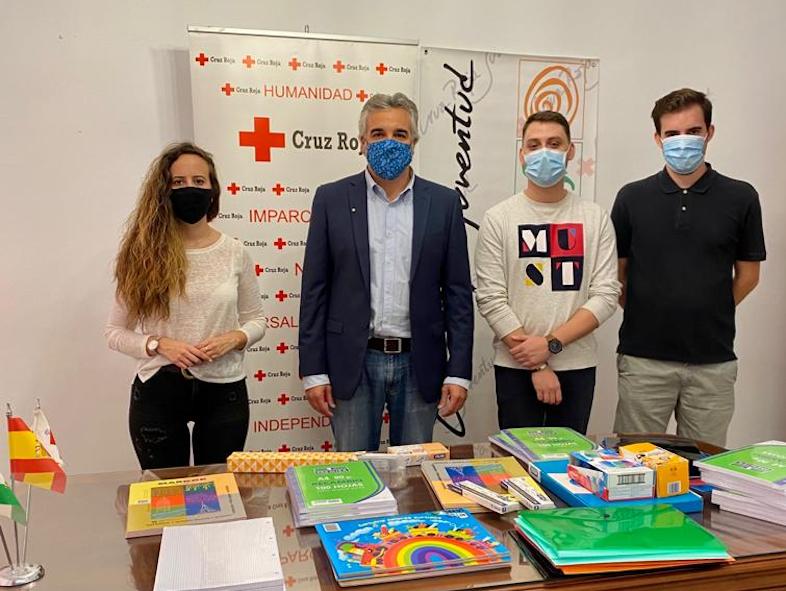 Representantes de Juventudes Socialistas entregan al presidente de Cruz Roja Motril el material escolar